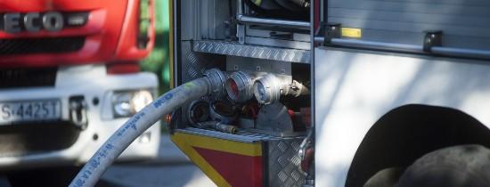 Fragment wozu strażackiego: tył z zamontowanym wężem